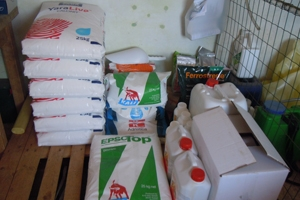 Alcuni fertilizzanti semplici o sali puri nel locale dedicato all'impianto di fertirrigazione